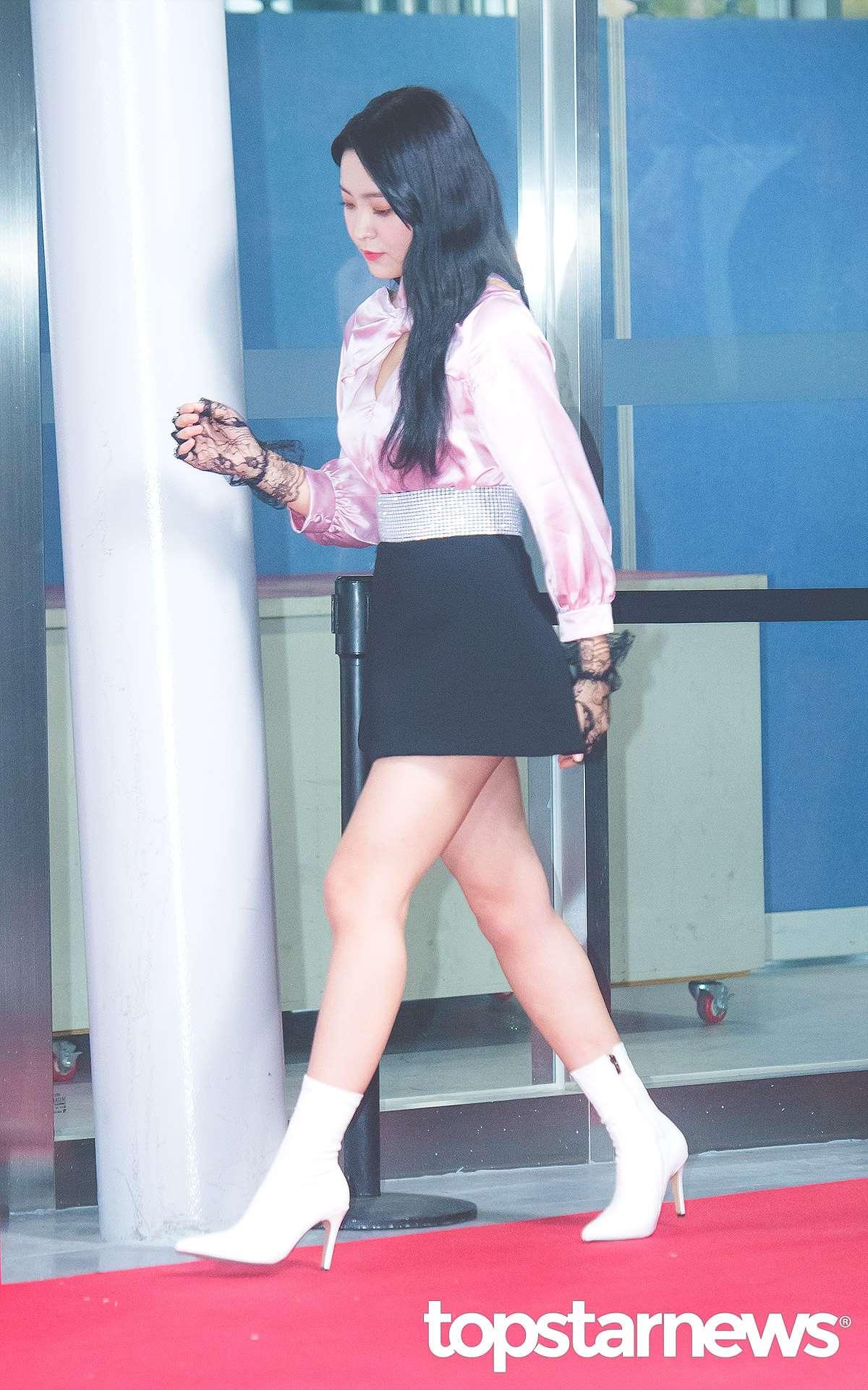 除了深色系之外,白色細的短靴也很受到偶像們的推崇,Yeri腳上這雙細跟短靴就非常具有性感和特色,通常細跟的款式看起來會比較成熟且有女人味,配上淡色系的白色靴款,絕對是穿搭的一大重點!
