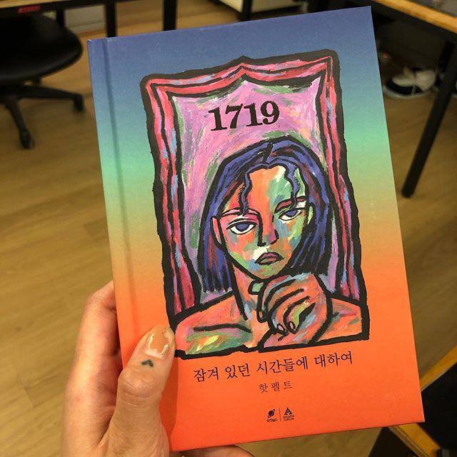 《1719》全專以音樂敍述了譽恩的生活故事,就像初次墜入情感漩渦中的17-19歲一樣,譽恩在這張專輯中以唱作人的身份製作了包含她在2017-2019年之間經歷的音樂。