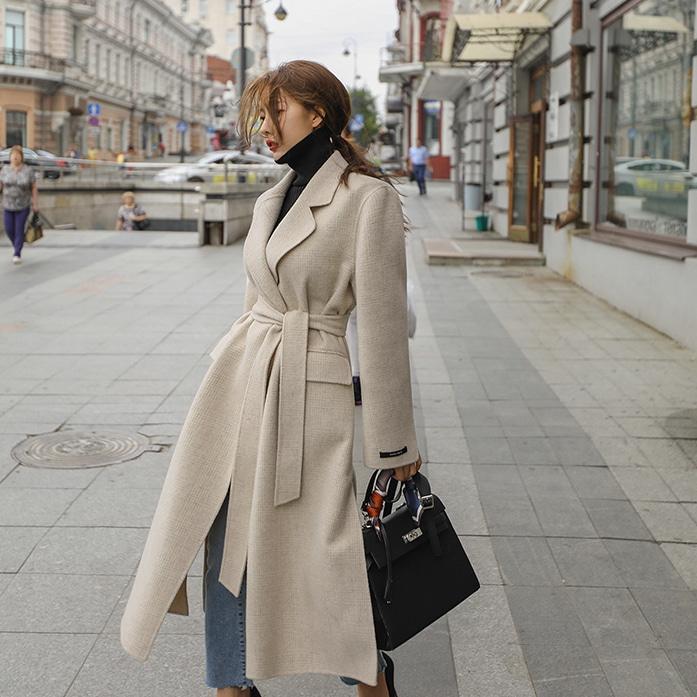 1、材質 |  買大衣就是除了好看也要夠暖啊!雖然材質常常是我們忽略的一個細節,但它可說是決定大衣生死的關鍵。一件材質不好的大衣,妳也不會想多穿,就算好看最後也等於白花了這筆錢。那麼該如何挑選保暖的大衣呢?妳必須先看材質中的WOOL(羊毛)部分,要注意並不是WOOL 100%就是最好,因為羊毛很重,它會讓整件外套很有負擔,因此加入其他材質並不是不好,只是若低於60%,其實就可以考慮買一般夾克了~