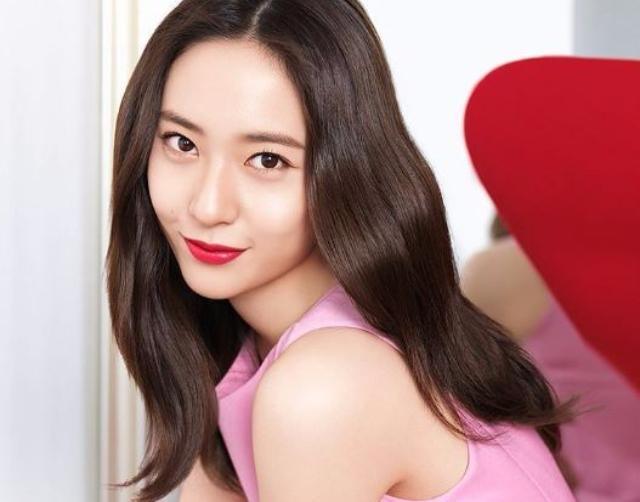 繼長腿歐爸尹鈞相後 Krystal最新美妝廣告居然請到「他」合作?