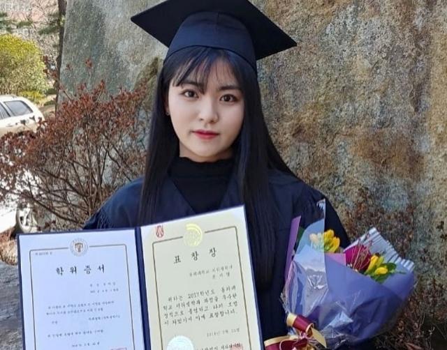 【撩男美人技】畢業啦!韓妞示範讓男同學流口水的5個學士帽髮型心機