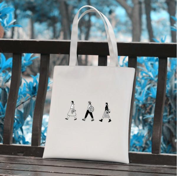 ▽文藝帆布包 帆布包可說是學生最好的小幫手!容量大,而且又有很多圖案可以選擇,不管配什麼都OK啊!但重要的是可得選一個圖案特別、夠有魅力的款式才行囉!