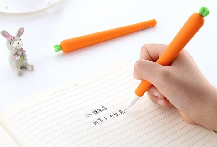 ▽胡蘿蔔筆中性筆水 老師~~有人拿胡蘿蔔當筆在寫字啦!嘿嘿,如果這樣的話你就贏了啊XDDD最好桌子上再放隻兔子的模型...那麼你的小農場就製造完成啦XD