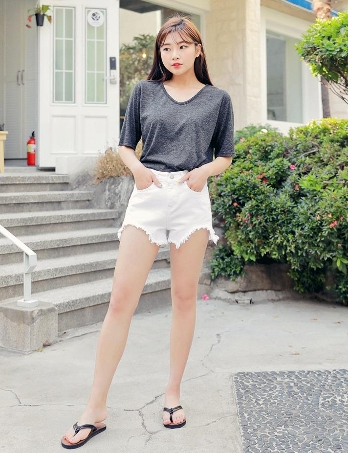 ▻短袖要選大領口 大領口的上衣能弱化上半身的體積感,像是手臂粗、肩膀寬、臉大、胸大,都可以靠穿大領口來顯瘦喔~