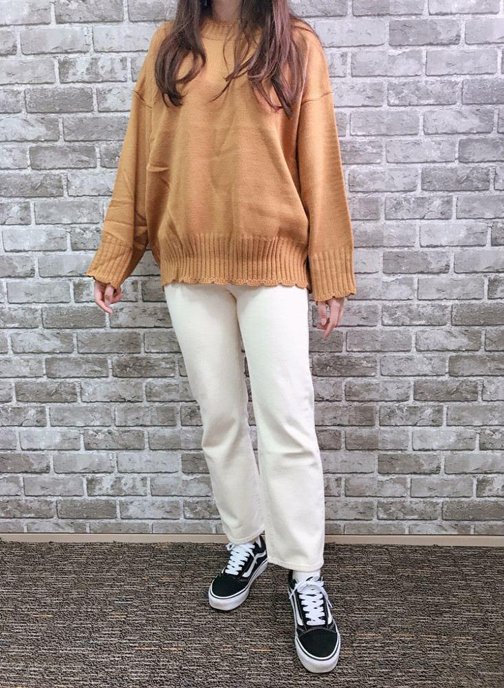 首先是這件黃色的針織衣和米色的寬褲,價格都算滿便宜的,摸起來材質也算不錯,但是褲子實穿超肥!明明就應該穿寬鬆的樣子,但是大腿那邊也做得太緊了吧!