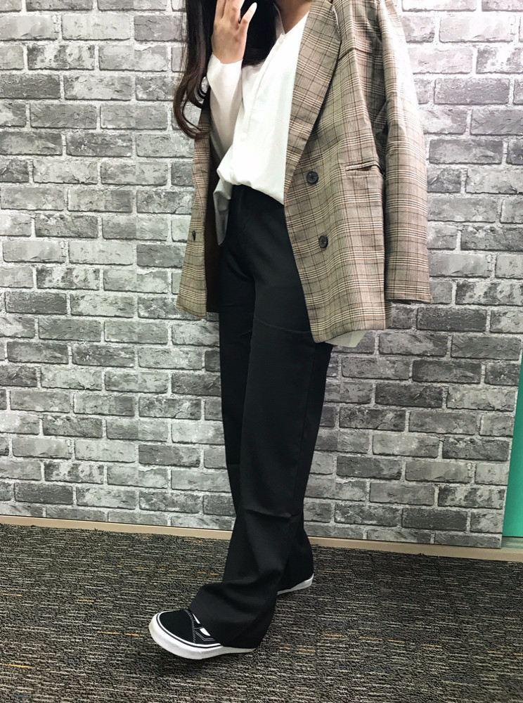 至於這件西裝外套我們小編可是幾乎都有買,一次包了三次,一個隊服的概念XDDD不過它的尺寸比較小,穿M號的S編和J編都很緊,歐膩穿S號則覺得非常適合XDD