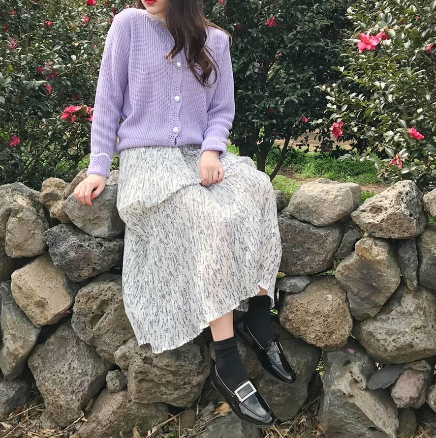 利用針織外套搭配碎花長裙也是很常見的款式,春天畢竟就是旅行的好季節,利用這種浪漫的穿搭做一天的開始,感覺就算出去旅遊也會很開心啊~