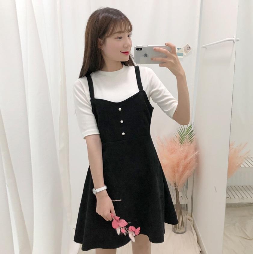 只能說春天到了,裙裝就變得很流行啊~打開SNS一片都是裙子XDD這種肩帶傘洋配上T-Shirt也很常見,能夠修飾肉肉大腿,穿起來很顯瘦。