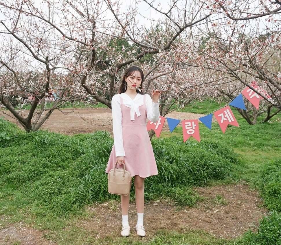 尤其是配上綁帶的上衣,也是超流行的啊~只要你最近有去韓國,應該不難發現很多店家都有挑選這種綁帶款的上衣,可愛度增加超多呢!