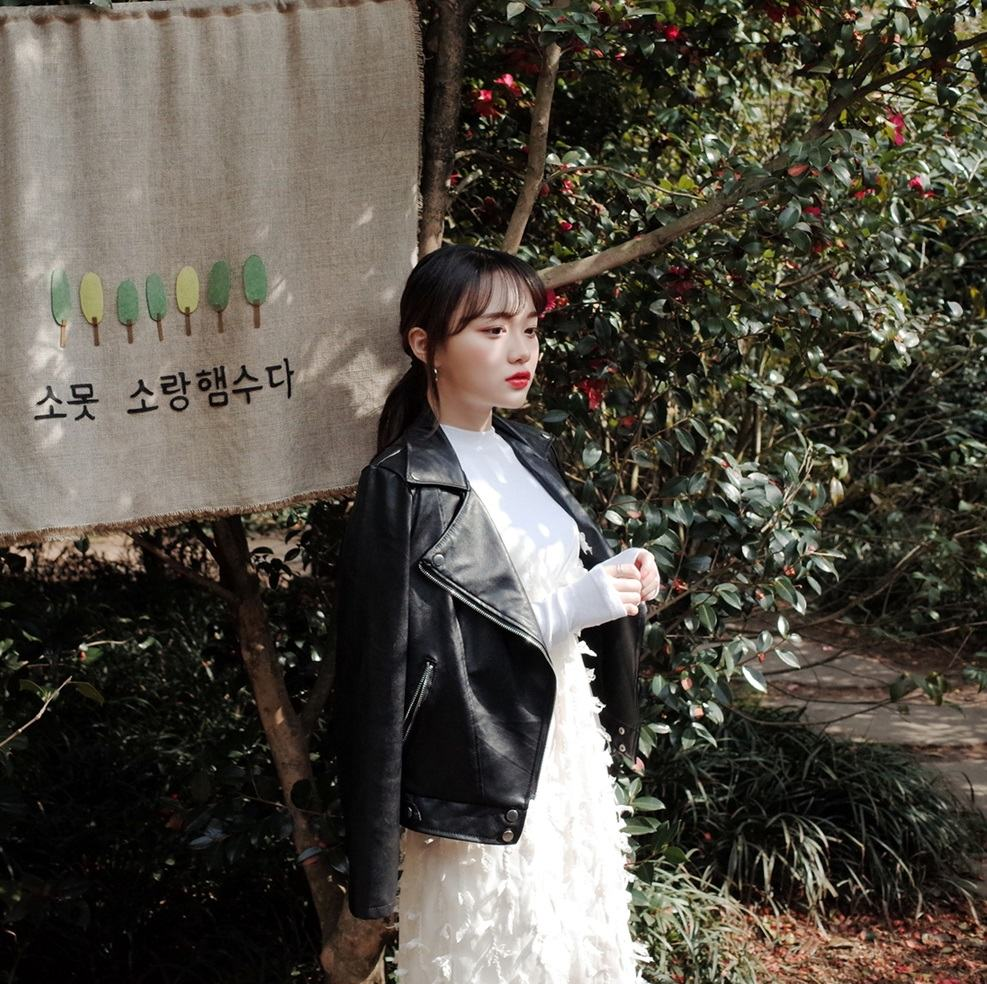 皮衣外套是最常在這季節出現的單品之一,不要說一般我們追蹤的時尚韓妞了,摩登少女身邊的韓國女生朋友也都有這件啊~利用皮衣搭配洋裝,可以製造出衝突感,不喜歡溫柔感太重的女孩不妨可以嘗試。