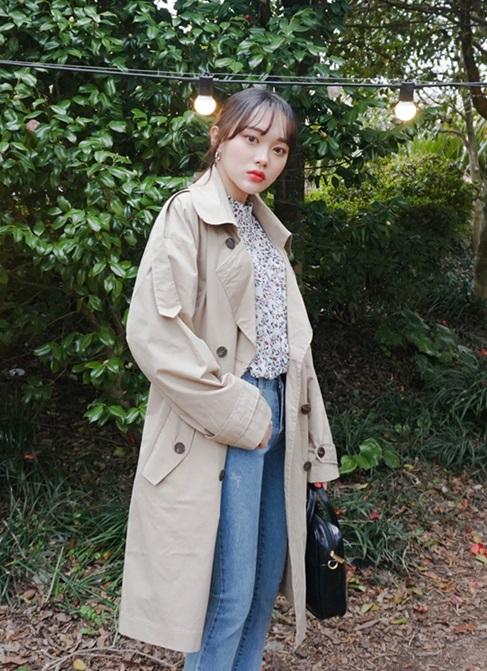 最後就是風衣啦!選擇一件奶茶色的雙排釦風衣,是近幾年開始的流行,如果有去韓國的話絕對不難發現大家都有一件「制服」,冬天是長板羽絨外套,而春天和秋天就是風衣啦!